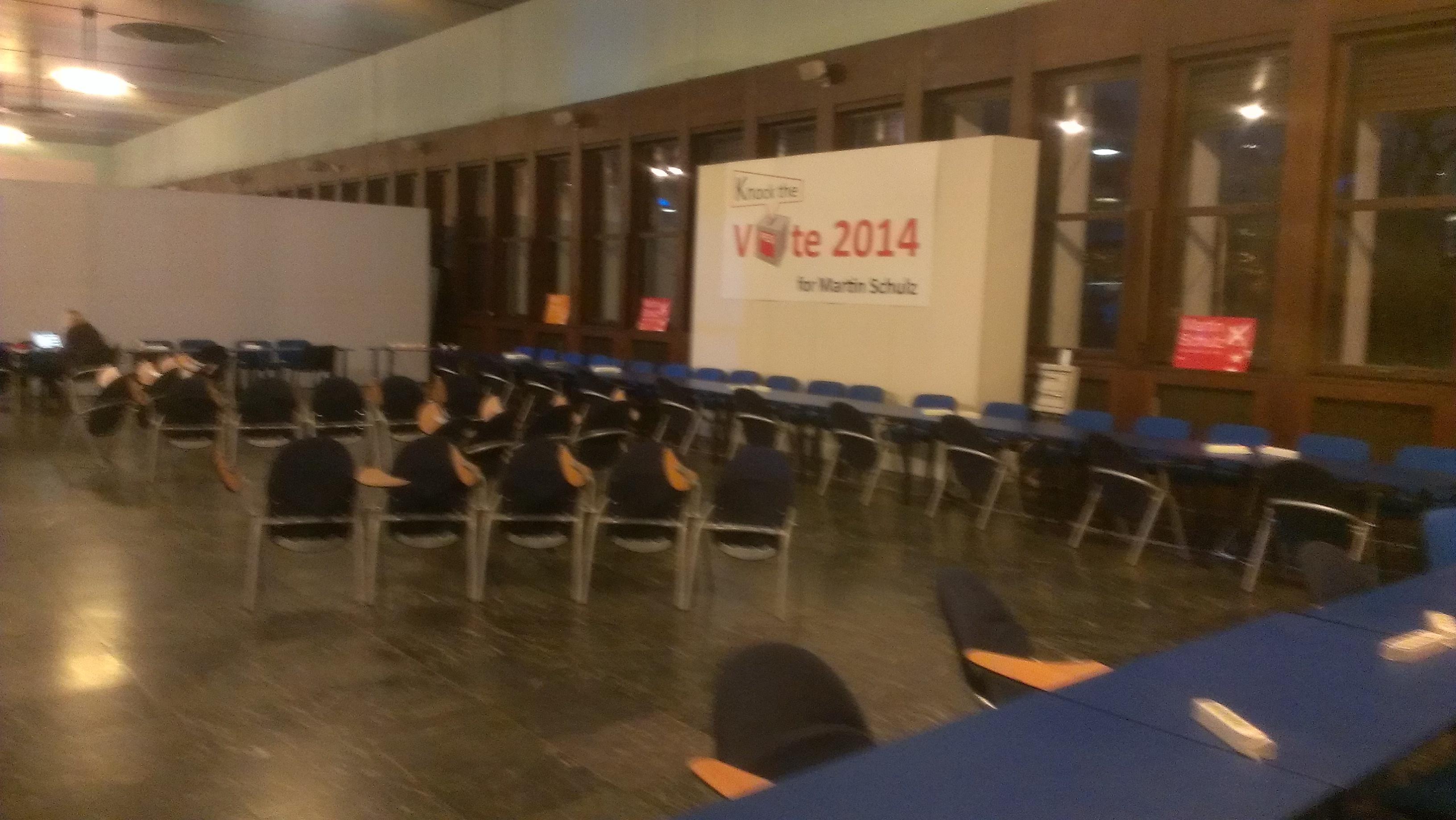 Vorbereiteter Pressekonferenzsaal