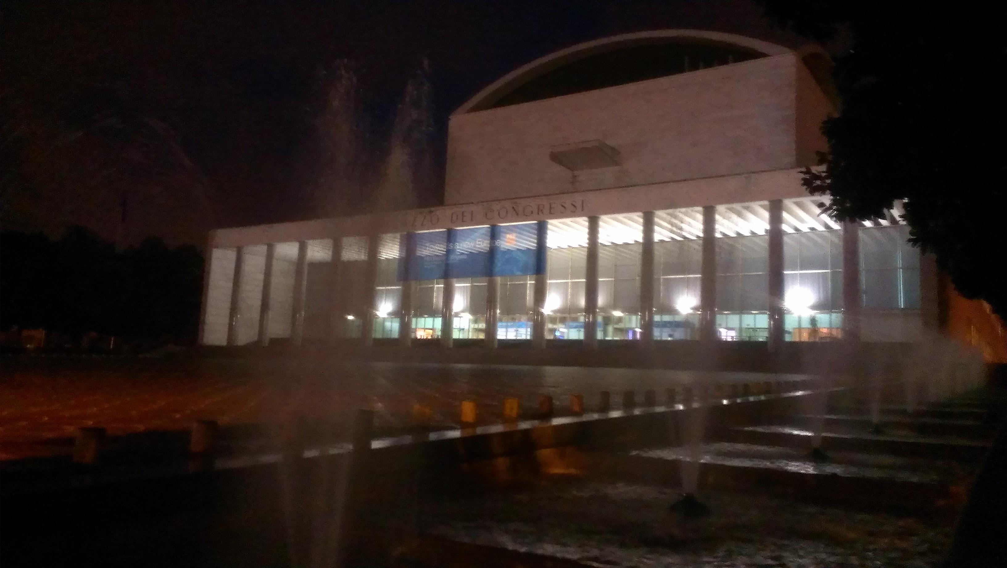 Das Kongresszentrum bei Nacht in einer Konferenzpause